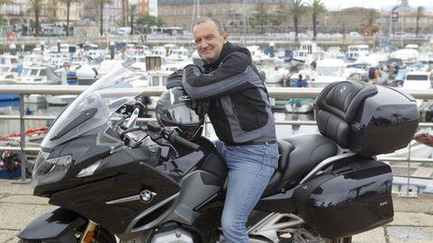 En la imagen, Daniel Castromil, retratado a lomos de su BMW en el muelle ferrolano de Curuxeiras