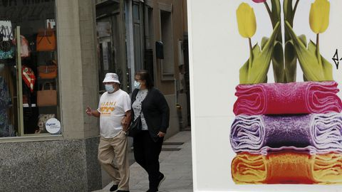 Imagen de gente paseando por Ribeira, concello que, junto con Outes y Noia, registró positivos en la última semana