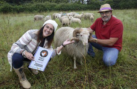Bea Carbón, a fiandeira, e Delfín Feal, o pastor, con Rodolfo, un dos carneiros do rabaño que coida en Cabanas