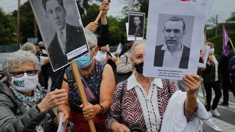 Los manifestantes, esta mañana ante el pazo de Meirás