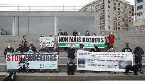 Asociaciones ecologistas se manifestaron ayer en Vigo contra la presencia de grandes cruceros y la realización de nuevos rellenos en la ría.