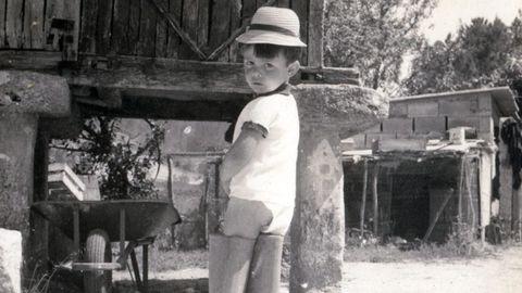 De Cans antes que de O Porriño. Así vese Alfonso Pato desde neno, cando xa lucía chapeu na súa cabeza e evacuaba augas baixo o hórreo de madeira comprado na Graña e coas botas do avó Ramón postas