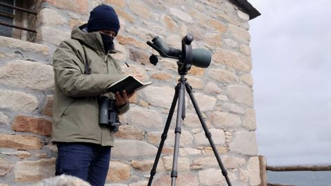 Antonio Sandoval, en una de las jornadas de seguimiento de aves marinas desde el observatorio ornitológico de Estaca de Bares