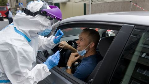 Prueba PCR del cooronavirus en el autocovid del Ventorrillo, en A Coruña
