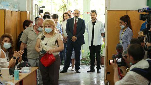 El primer ministro Nikol Pashinián esperaen la puerta su turno para ejercer su derecho al voto.