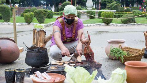 Hasta una hoja de lechuga sirvió al cocinero de Terra Copora para resguardarse del agua