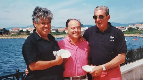González Capeáns (a la izquierda), en Noia, junto a Alejandro Seoane y Juancho López Oviedo, fundador del Náutico de Portosín