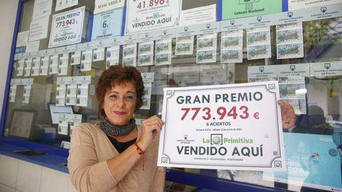 Olga Juncal, en la administración de loterías número 2 de la calle Joaquín Costa, en Pontevedra, con un premio de 773.943 euros