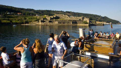 El barco que realiza la ruta por la ría de Ferrol a su paso por el Castillo de San Felipe.