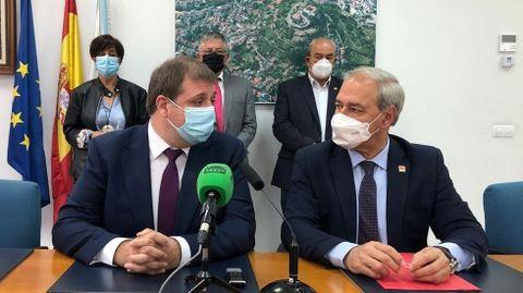 El presidente de Correos (a la izquierda), junto con el alcalde, en la presentación de la iniciativa