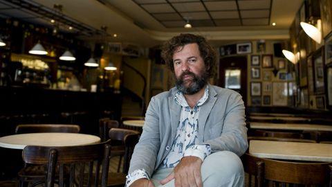 Jacobo Bergareche, en el Café de Macondo, de A Coruña, horas antes de la presentación de su novela «Los días perfectos» en la Librería Moito Conto