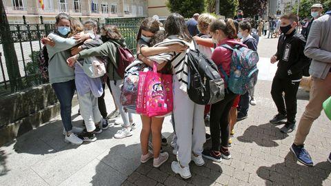 Alumnos del CEIP Álvarez Limeses de Pontevedra se despiden a la puerta del centro