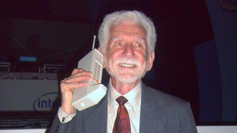 El Motorola Dynatac 8000x, fue primer móvil que se comercializó, en 1983. Costaba 4.000 dólares. En la imagen, su creador, el ingeniero Martin Cooper