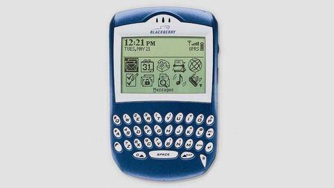 La empresa canadiense RIM llevó el correo electrónico al bolsillo de los ejecutivos con sus BlackBerry. La primera apareció en 1999, pero no fue hasta el 2003 cuando la BlackBerry 6210 (en la imagen) incorporó un micrófono y altavoz