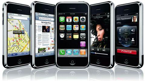 El iPhone se presentó en el 2007 y dio paso a la era de los «smartphones». El móvil sustituía al mp3, a la cámara de fotos, al ordenador... Las pantallas táctiles acabaron con el teclado físico y llegaron las tiendas de aplicaciones
