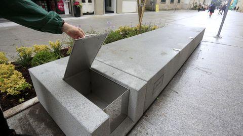 Las papeleras van incrustadas en las bases de hormigón de los bancos