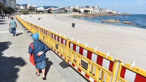 Vallado en la playa de Riazor para restringir el acceso esta noche de San Xoán