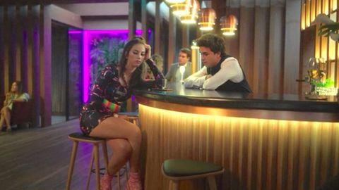La actriz Claudia Salas vestida de Lovely Disgraze en uno de los capítulos de «Élite»