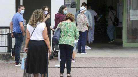Pacientes esperando para entrar en el centro de salud de Narón en una imagen de archivo