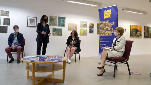Nicola Sturgeon conversa con jóvenes de la UE que solicitan el programa de asentamiento en Escocia.