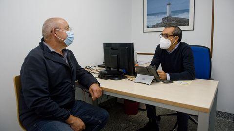 Santiago Naya, paciente con cáncer de hígado, con el hepatólogo del Chuac Manuel Delgado