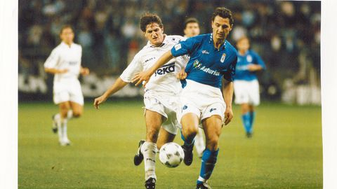Dubovsky, de azul, en un partido entre el Real Oviedo y el Real Madrid