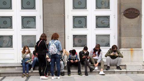 Un grupo de jóvenes con mascarilla a la entrada del Teatro Campoamor en Oviedo