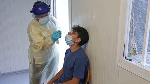 Uno de los alumnos del IES Sánchez Cantón de Pontevedra que se sometieron este jueves a una prueba PCR