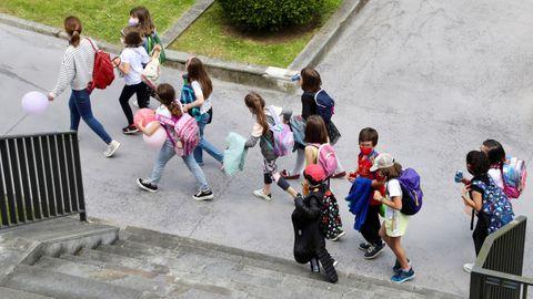 Un grupo de niños con mascarilla este jueves en la plaza de España de Oviedo