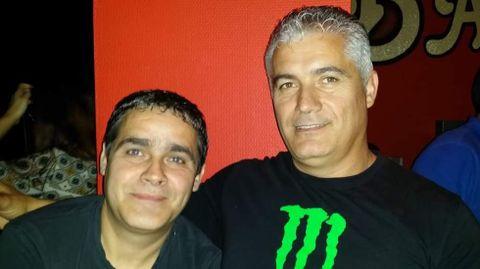 Honorio y José (a la izquierda) Laranjo, de fiesta en un pub de O Barco de Valdeorras, en una foto del archivo familiar.