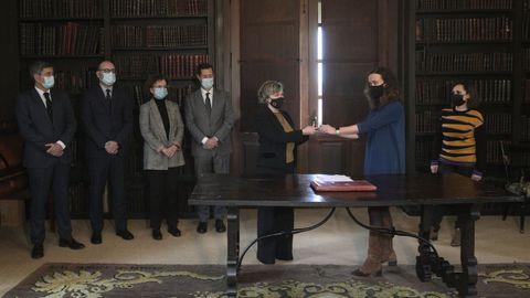 Es la imagen de la recuperación de Meirás. Ocurrió el 10 de diciembre del 2020. La jueza Marta Canales (derecha) entrega las llaves del pazo a la abogada general del Estado, Consuelo Castro, en presencia de los abogados del Estado, de la Xunta y del Concello de Sada y de la letrada de Justicia.