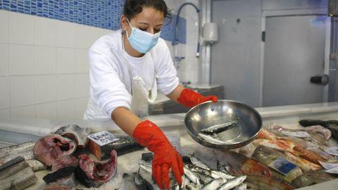 Todos los productos del mar, como los que vendía anteayer esta pescadería de Viveiro, están gravados en España con un 10 % de IVA, el mismo que el de los refresos aunque el pescado es un alimento básico y esencial