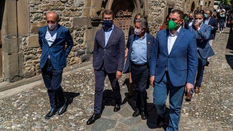 Barbón, Revilla y Feijóo asisten al descubrimiento del hito que simboliza la unión entre territorio que permite el Camino de Santiago