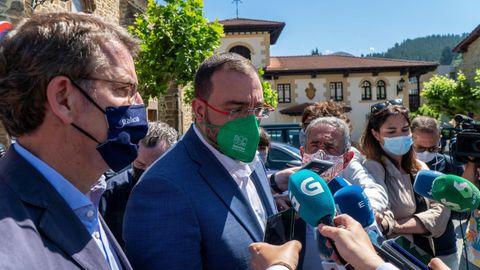 El presidente del Principado de Asturias, Adrián Barbón atiende a la prensa en presencia de sus homólogos cántabro, Revilla, y gallego, Núñez Feijóo