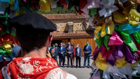 Barbón, Revilla y Feijóo participan en el acto de descubrimiento del hito que simboliza la unión entre territorios del Camino de Santiago