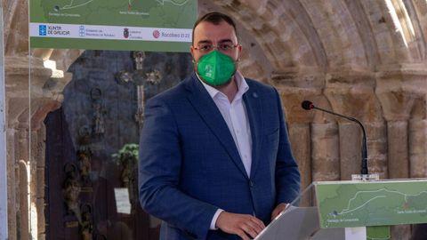 El presidente asturiano, Adrián Barbón interviene en el acto de descubrimiento del hito que simboliza la unión entre territorios del Camino de Santiago
