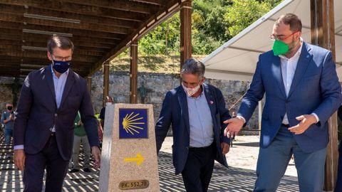 Los presidentes de Asturias, Cantabria y Galicia en el acto de descubrimiento del hito del Camino de Santiago