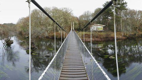 A la Insua de Seivane se accede cruzando el puente colgante de Parada, de treinta metros