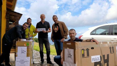 José Manuel López, Andrés Piñeiro y Jacobo y David Díaz, que acompañarán en el reto a Santi Chao, enviaron a Trieste (Italia) sus bicicletas