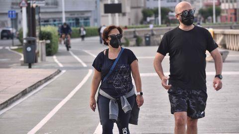 Paseantes con mascarilla en A Coruña
