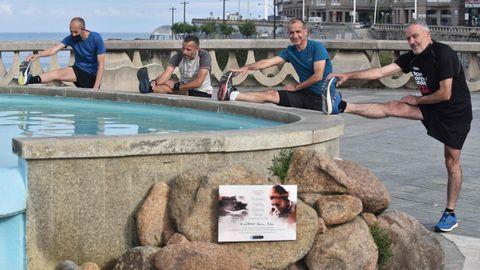 Unos con mascarilla, otros sin ella, haciendo deporte en el paseo marítimo de A Coruña