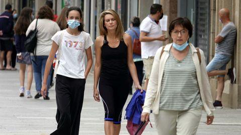 La mayoría de la gente sigue llevando mascarilla por las calles de Vigo