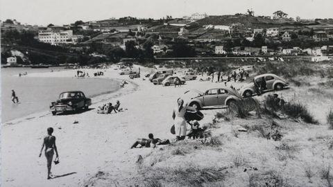 La playa de Santa Cristina en 1961, con los coches metidos en el arenal.