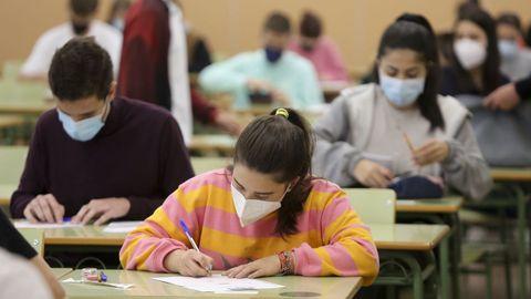 En la imagen, estudiantes se examinan de la selectividad en el campus de Esteiro el pasado mes de junio