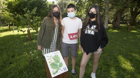 Claudia, Alejandro e Alba, alumnos do centro