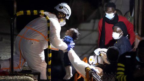 El buque de Salvamento Marítimo Salvamar Macondo rescató este sábado en aguas cercanas a Gran Canaria a alrededor de medio centenar de inmigrantes subsaharianos, entre ellos unos 8 o 10 niños,
