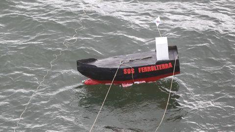 Un barco simbólico. La «botadura» de un buque de cartón puso el broche a la movilización, que manutuvo la vía cortada en torno a una hora