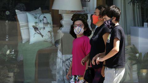 Transeúntes con mascarilla en Ribeira