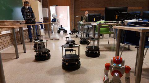 En las aulas donde se dan las clases del grado hay robots que usan los estudiantes