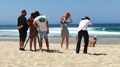 La sesión. Se desarrolló en la playa de ferrolana de Doniños una jornada en la que acudieron al arenal cientos de bañistas que pueden identificarse en el fondo de las imágenes promocionales